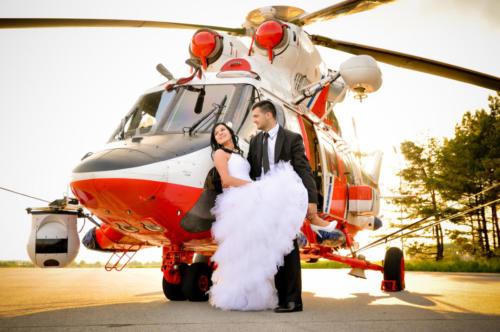 para młoda przy helikopterze
